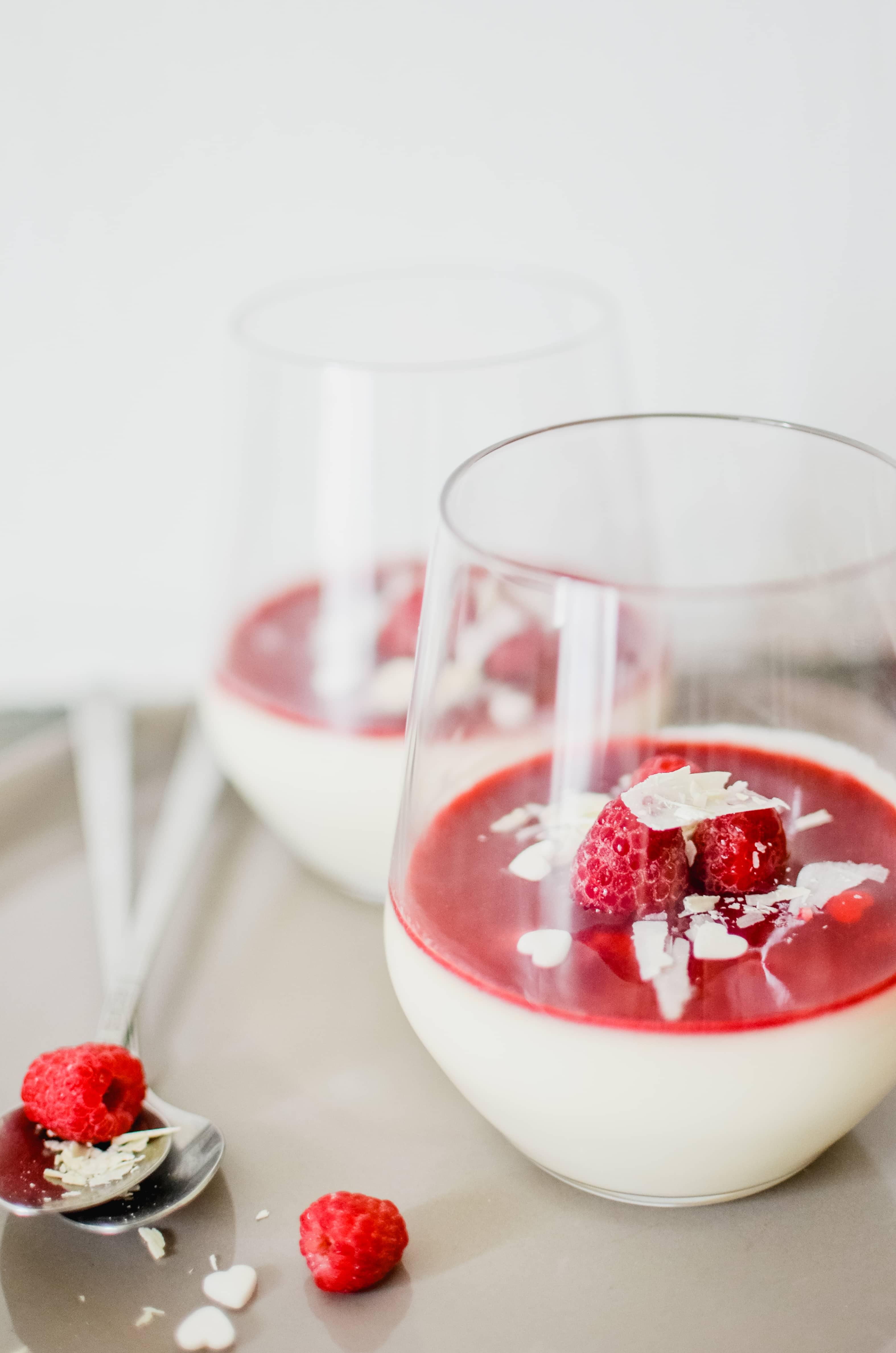 Panna cotta au chocolat blanc et à la rose, coulis de framboises