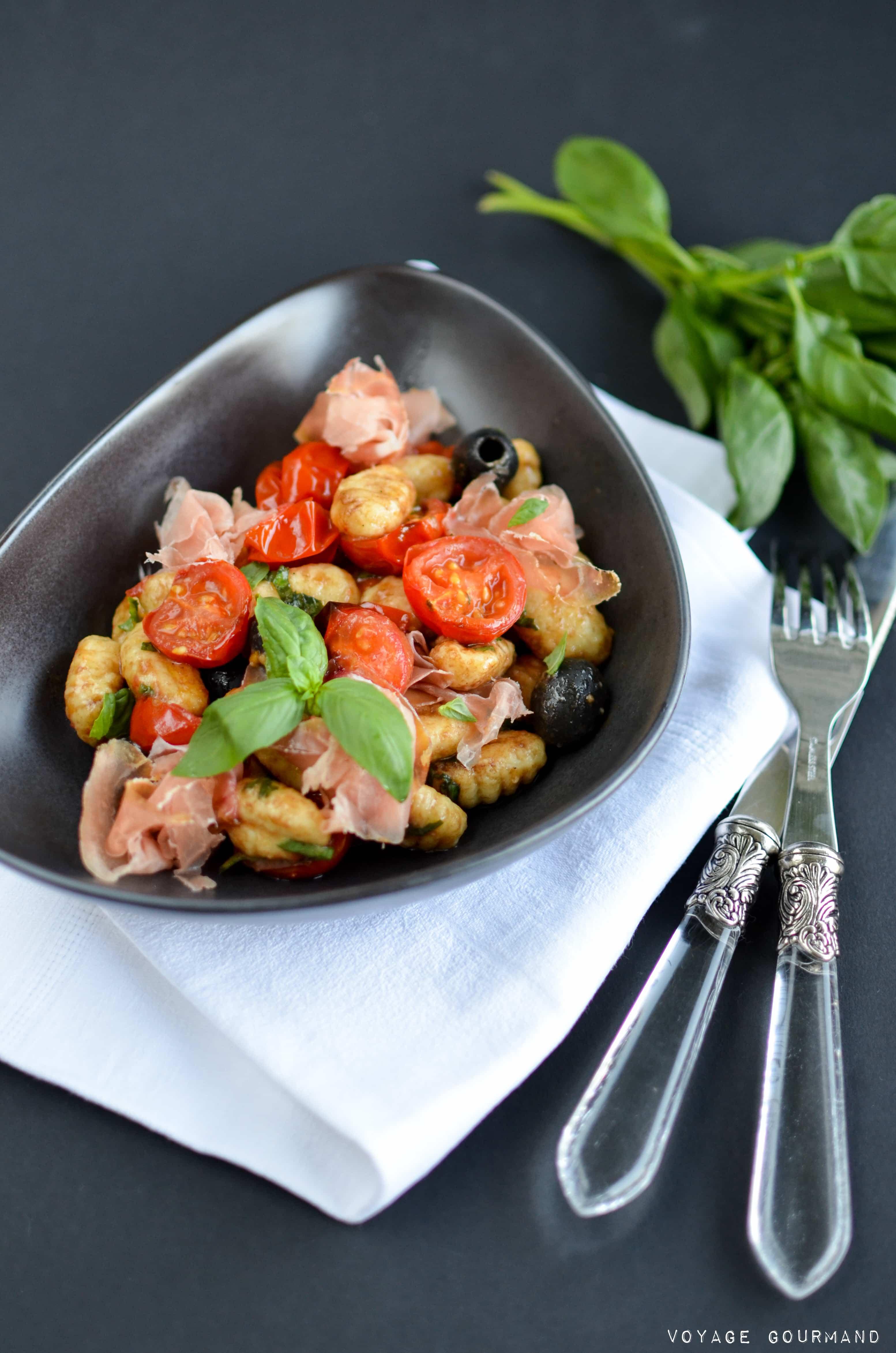 Salade de gnocchis, jambon de Parme, tomates confites, olives noires, basilic, parmesan
