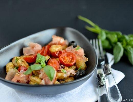 Salade tiède de gnocchis, jambon de Parme, tomates confites, olives noires et basilic