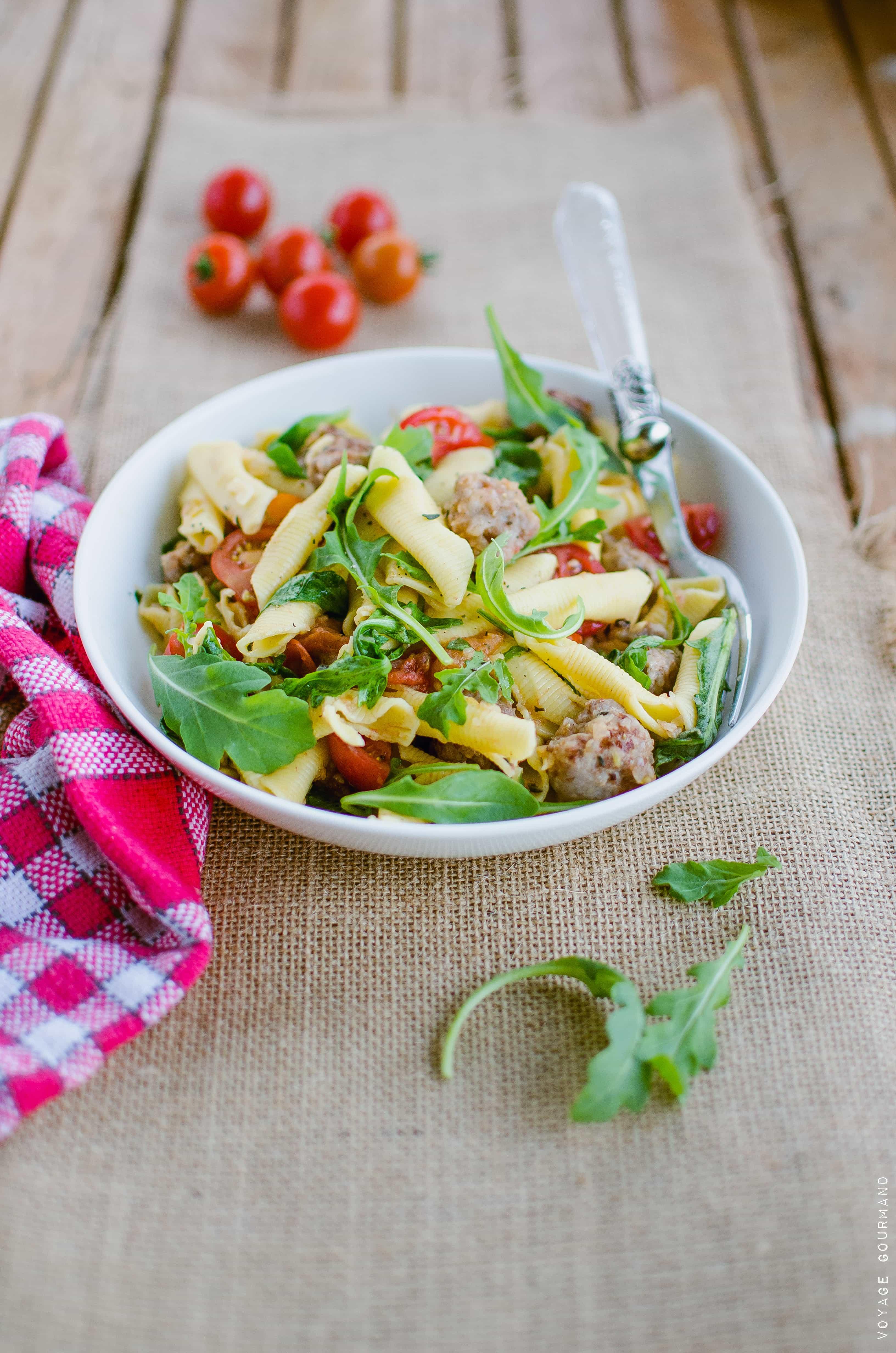Salade de pâtes italienne à la saucisse et aux tomates