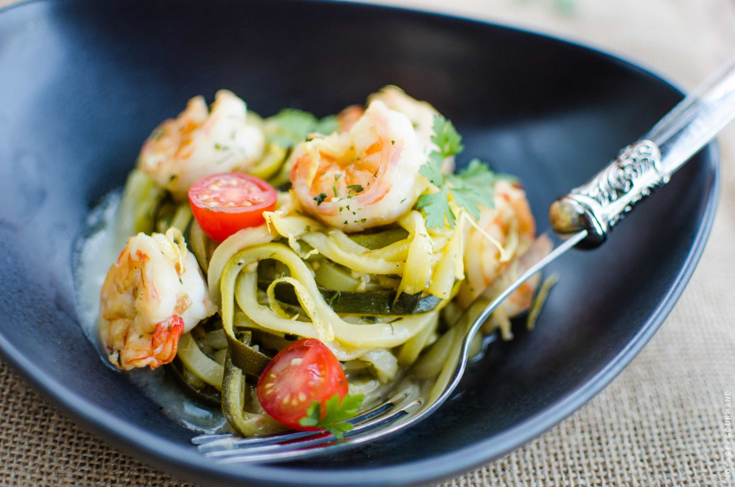Linguines de courgettes aux crevettes rôties et à l'ail