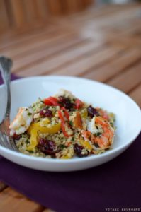 Salade de boulghour, fruits secs, crevettes et poivrons doux